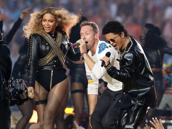 El impacto de la Super Bowl 2016 en los artistas y canciones que fueron presentes